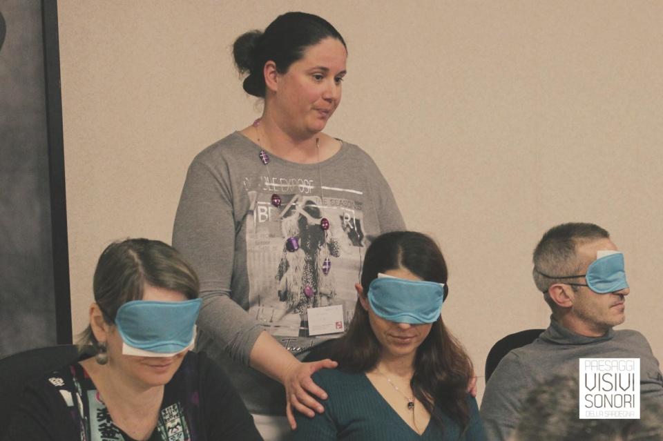 Nina e gli operatori del Museo delle Maschere Mediterranee durante il primo incontro del laboratorio sulle disabilità visive per Paesaggi visivi e sonori di Mamoiada