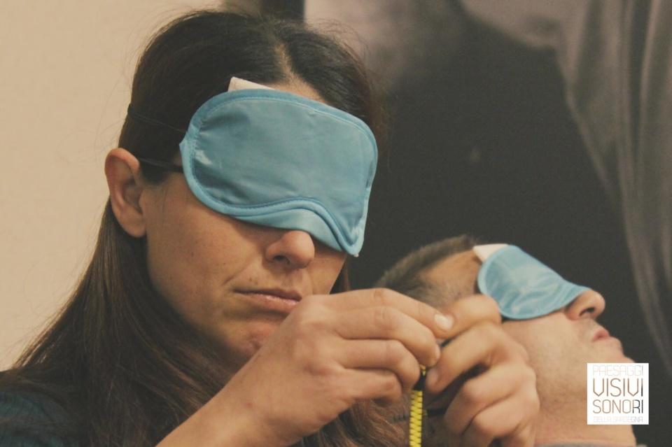 Valeria sperimenta il tatto nel corso del primo incontro del laboratorio sulle disabilità visive per Paesaggi visivi e sonori di Mamoiada