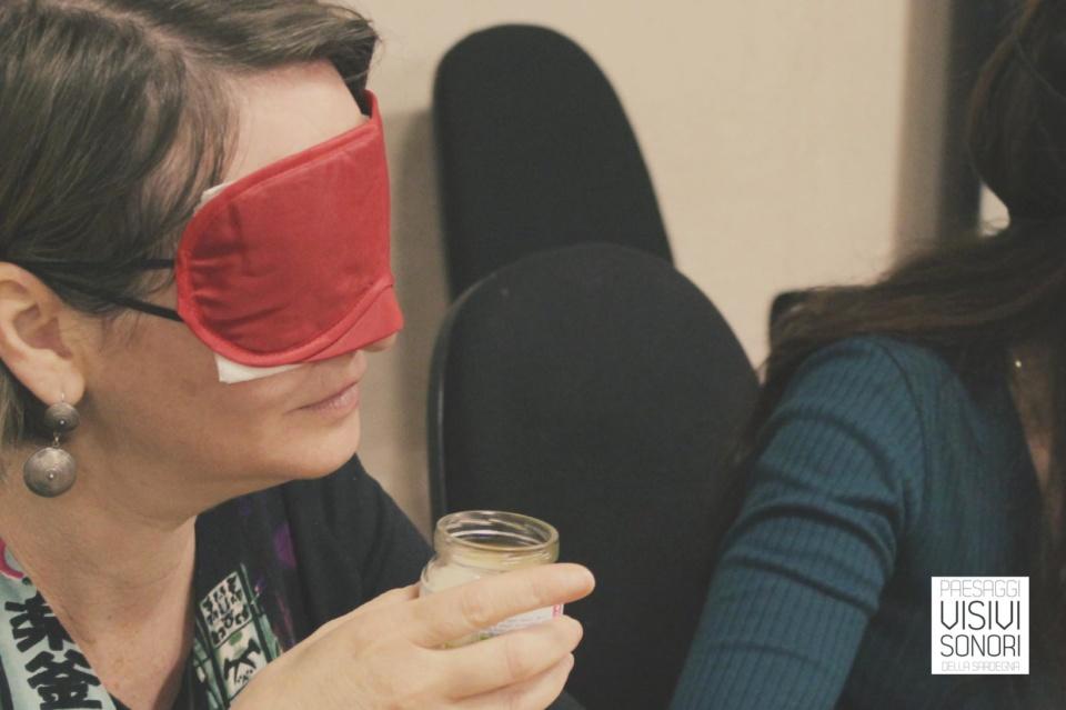 Rita del Museo delle Maschere Mediterranee sperimenta l'olfatto nel corso del primo incontri del laboratorio sulle disabilità visive per Paesaggi visivi e sonori di Mamoiada