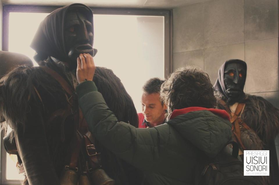 Paola tocca una delle maschere del Museo delle Maschere Mediterranee nel corso del secondo incontro del laboratorio sulle disabilità visive per Paesaggi visivi e sonori di Mamoiada