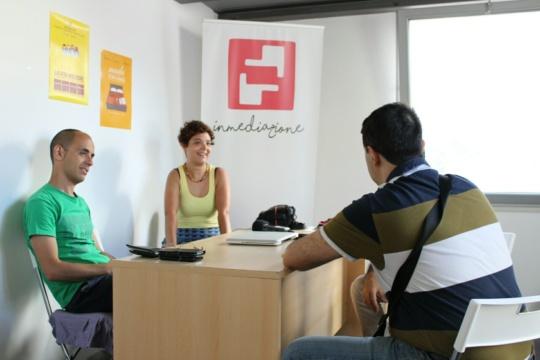Paesaggi Visivi Sonori - Foto scattata nella sede dell'Associazione Inmediazione. Da sinistra compaiono Marco Spanu, Maria Paola Casula, Andrea Mameli, Andrea Ferrero. Di sfondo il logo di Inmediazione.
