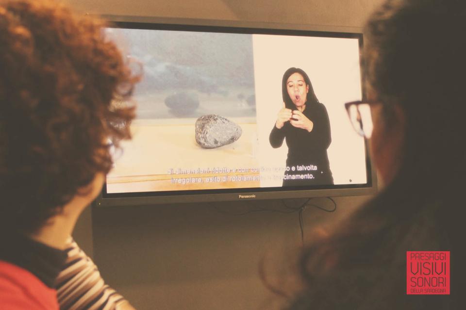 Paesaggi visivi e sonori di Pau al Museo dell'Ossidiana e a Sa Scaba Crobina - Maria Paola e Manuela verificano sugli schermi della sala due le video-guide in LIS realizzate per il Museo dell'Ossidiana