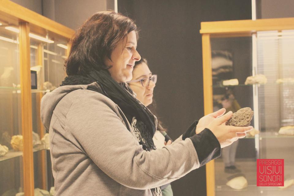 Paesaggi visivi e sonori di Pau al Museo dell'Ossidiana e a Sa Scaba Crobina - Alessandra, con la guida di Maria Cristina del Museo dell'Ossidiana fa esperienza della morfologia di una roccia