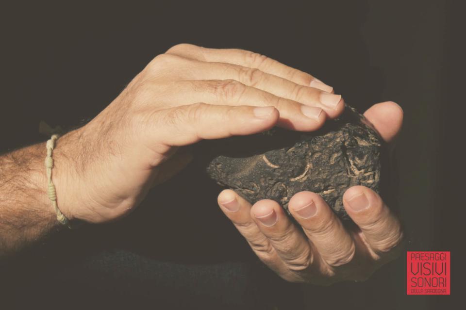 Paesaggi visivi e sonori di Pau al Museo dell'Ossidiana e a Sa Scaba Crobina - Antonello fa esperienza tattile della morfologia di una pietra di ossidiana